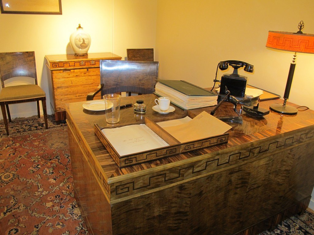 Стол в музее Нобеля в Карлскуге, Швеция.  Медиапроект s-t-o-l.com