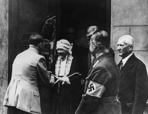 Елизабет Фёрстер-Ницше в чепчике на пороге своего веймарского дома Медиапроект s-t-o-l.com