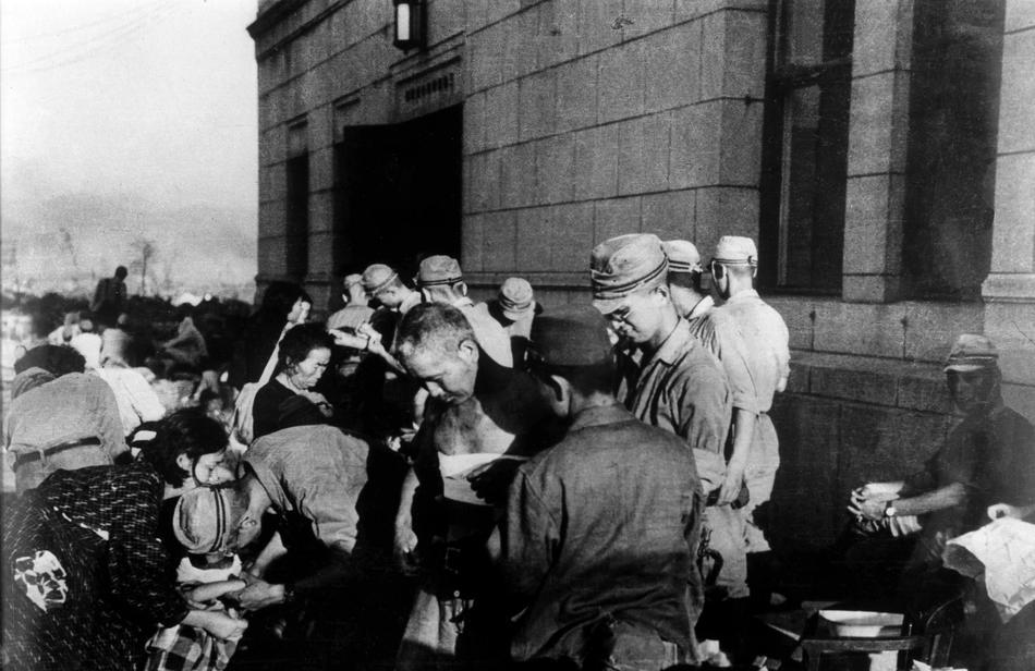 Выжившие после ядерного взыва в Хиросиме, получают первую медицинскую помощь, 6 августа, 1945г, AP Медиапроект s-t-o-l.com