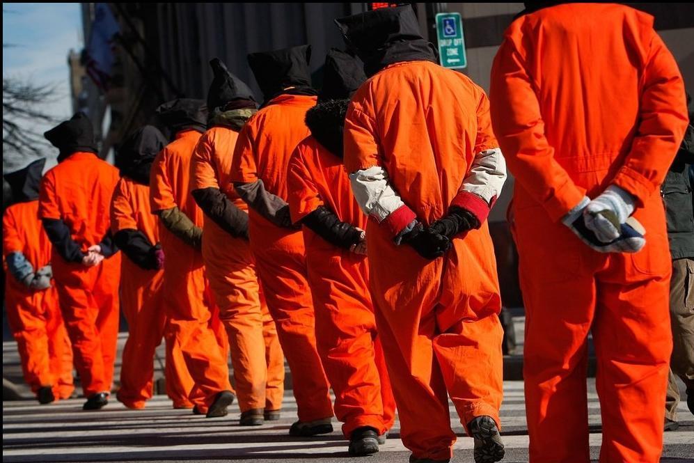 На фото заложники, одетые в оранжевые комбинезоны. Фотограф: Alex Wong/Getty Images Медиапроект s-t-o-l.com