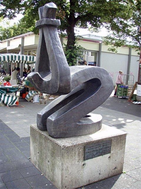 """""""Памятник погибшим от насилия"""" 1965г., установлен в 1974г. (Кассель, Германия) Сидур: «Сотни, тысячи, миллионы людей погибли от насилия. Пули, виселицы, бомбы, газовые камеры, концлагеря, пытки, смертная казнь - это перечисление невозможно продолжать, ибо оно бесконечно. Кажется, должно же это когда-то прекратиться! Но человечество, как бы лишённое разума, ничему не научается... Меня постоянно угнетало и угнетает физическое ощущение бремени ответственности перед теми, кто погиб вчера, погибает сегодня и неизбежно погибнет завтра» (В. Сидур). Медиапроект s-t-o-l.com"""