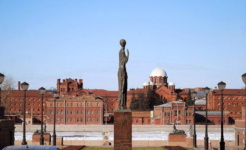 Памятник-Ахматовой-напротив-тюрьмы-Кресты Медиапроект s-t-o-l.com