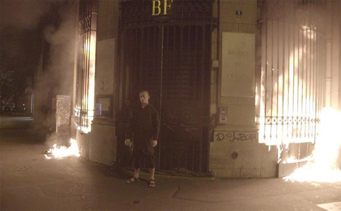 Павленский, поджог, Париж, Бастилия, революция Медиапроект s-t-o-l.com