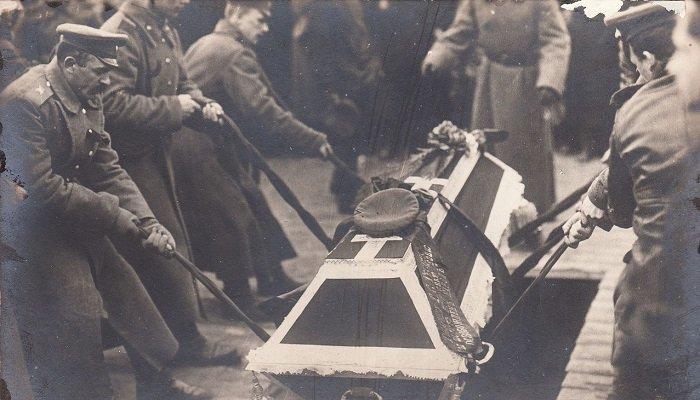 05-spuskanie-groba-v-bratskuyu-mogilu-na-pohoronah-zhertv-revolyutsii-petrograd-1917-goda Медиапроект s-t-o-l.com