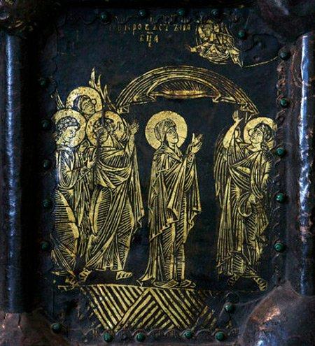 Изображения праздника Покрова на вратах Рождественского собора в Суздале, XIV век