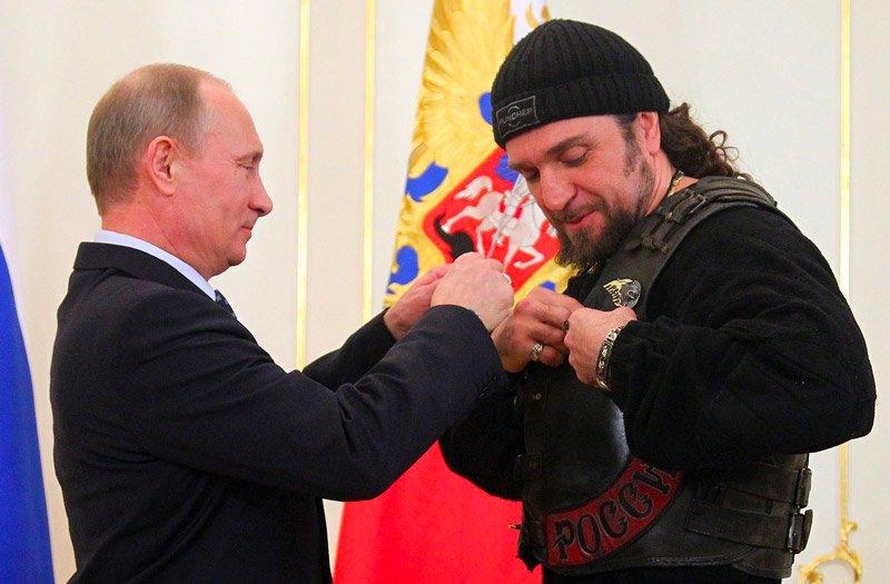 Президент России Владимир Путин вручает Александру Залдостанову орден Почета Медиапроект s-t-o-l.com