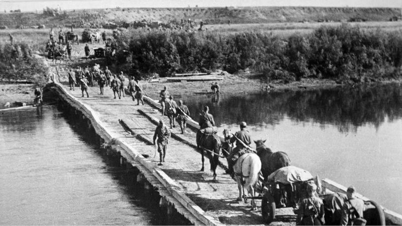 Июль 1944 г. Белоруссия. 311 сд. переправляется через реку. Фото Д. Онохина Медиапроект s-t-o-l.com