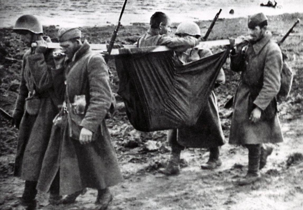 Осень 1941 г. Несем раненого по берегу Волхова под Киришами. Фото Д. Онохина Медиапроект s-t-o-l.com