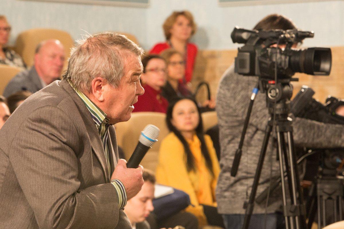 Пенсионер задающий вопрос на конференции Медиапроект s-t-o-l.com