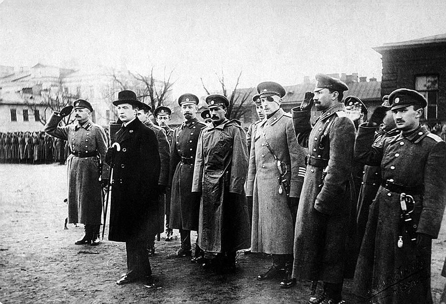 Премьер-министр Керенский в группе генералов и офицеров Медиапроект s-t-o-l.com