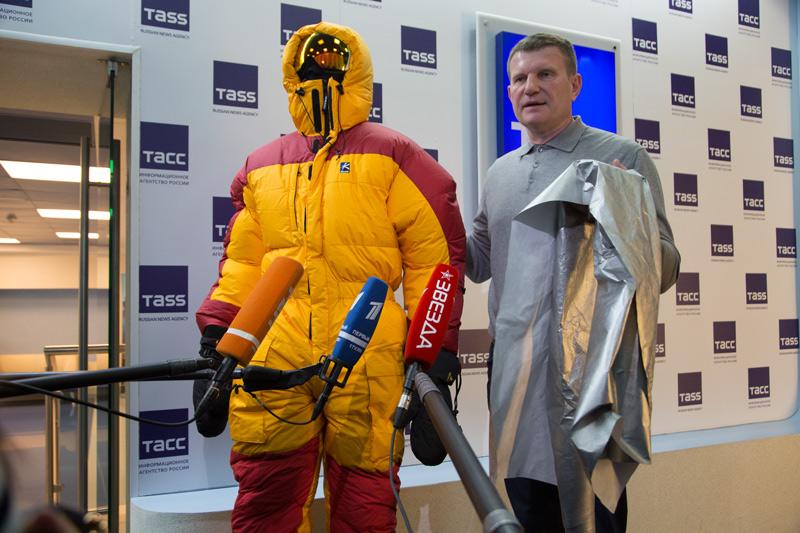 Олег Савченко демонстрирует материал для капсулирования Медиапроект s-t-o-l.com