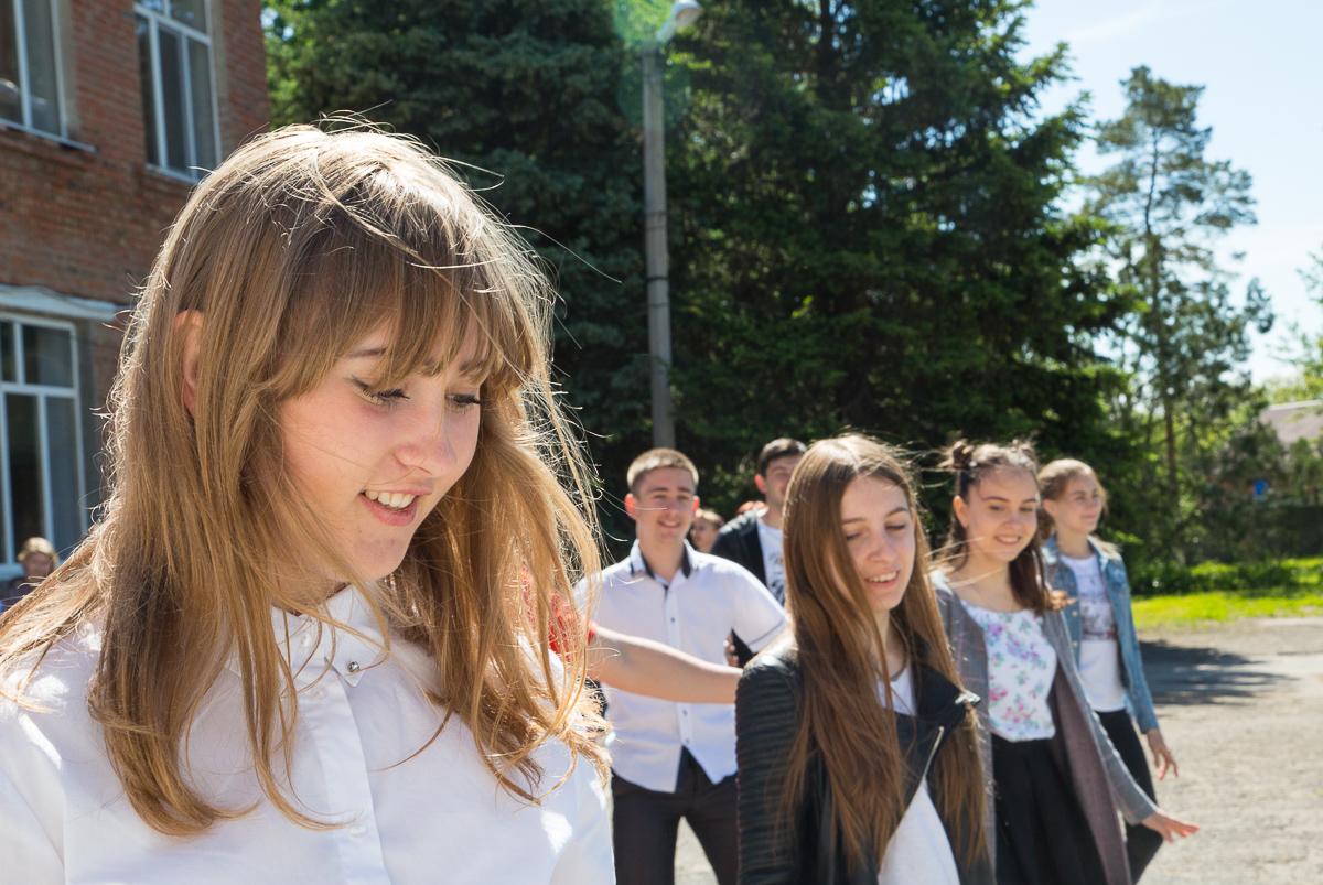 "Выпускники 11 класса на репетиции ""Последнего звонка"" Медиапроект s-t-o-l.com"
