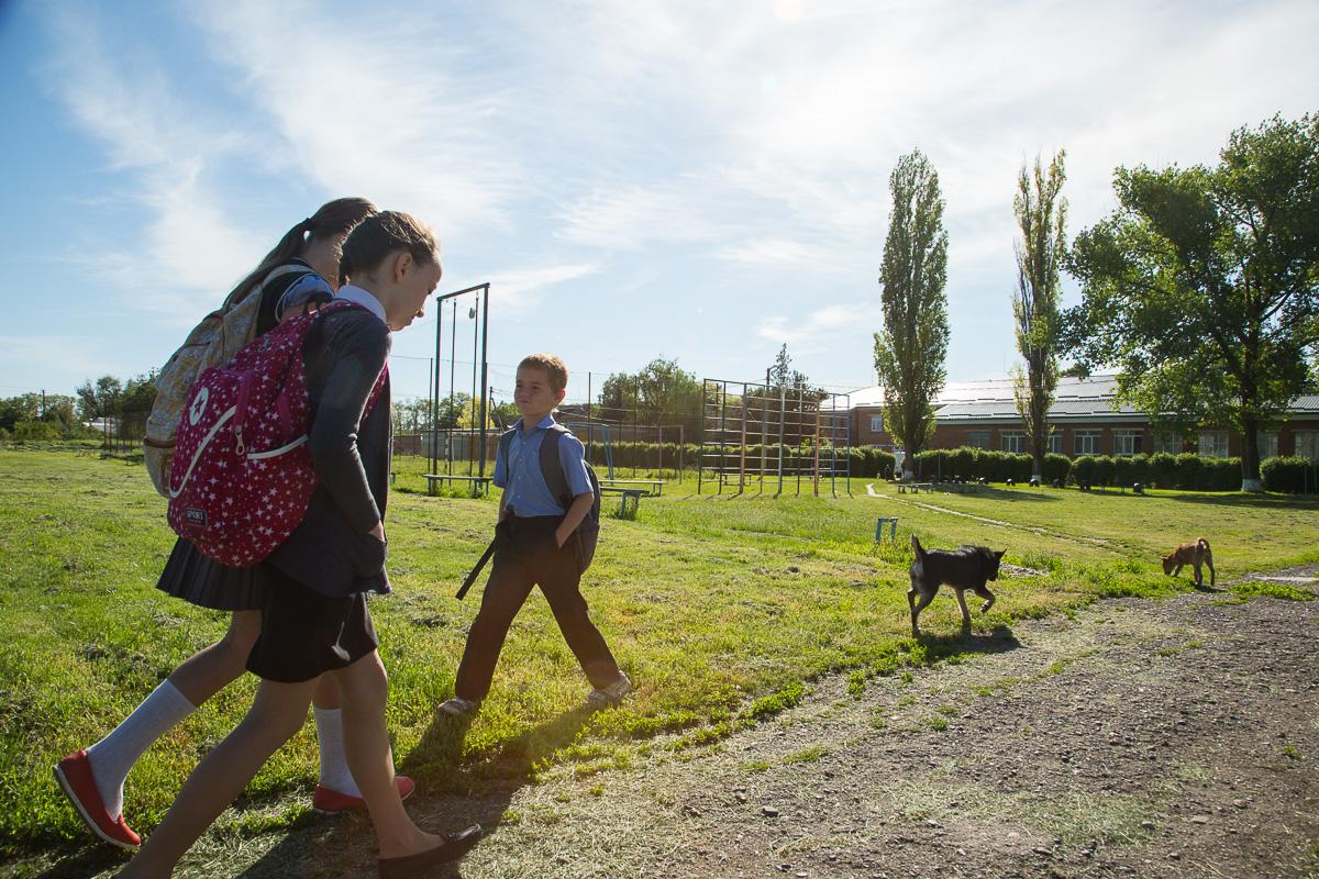 Дети станицы Кировская идут в школу Медиапроект s-t-o-l.com