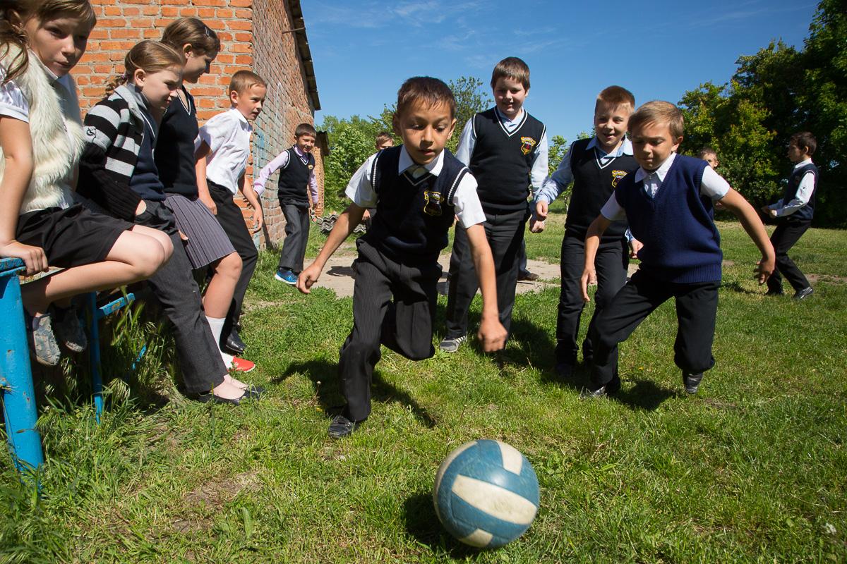 На переменах все мальчишки начальной школы вываливают на улицу играть в футбол. Фото: Алена Каплина Медиапроект s-t-o-l.com