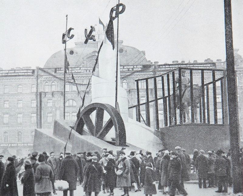 Пугало в клетке. Оформление памятника Александру III перед Московским вокзалом в Ленинграде. 1927 год Медиапроект s-t-o-l.com
