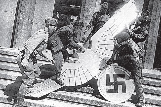 Снятие фашистского орла со здания имперской канцелярии Медиапроект s-t-o-l.com