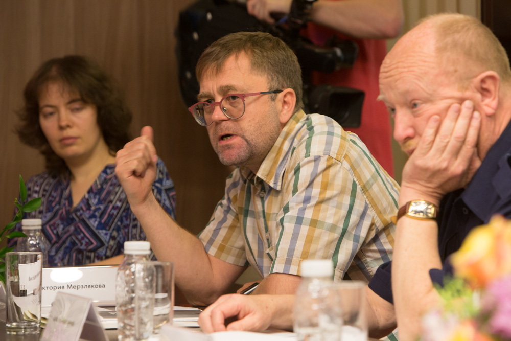 Дмитрий Рогозин ( в центре) Медиапроект s-t-o-l.com
