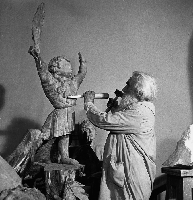 Сергей Коненков за работой над скульптурой, символизирующей мир.  Медиапроект s-t-o-l.com