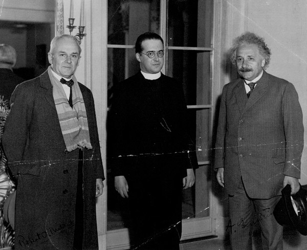 Жорж Леметр с Робертом Милликеном (слева) и Альбертом Эйнштейном (справа), 1933 год.  Медиапроект s-t-o-l.com