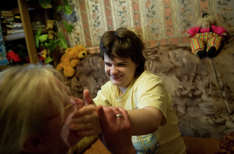 Девочка с диагнозом аутизм на занятиях у своего тьютора Людмилы. Медиапроект s-t-o-l.com