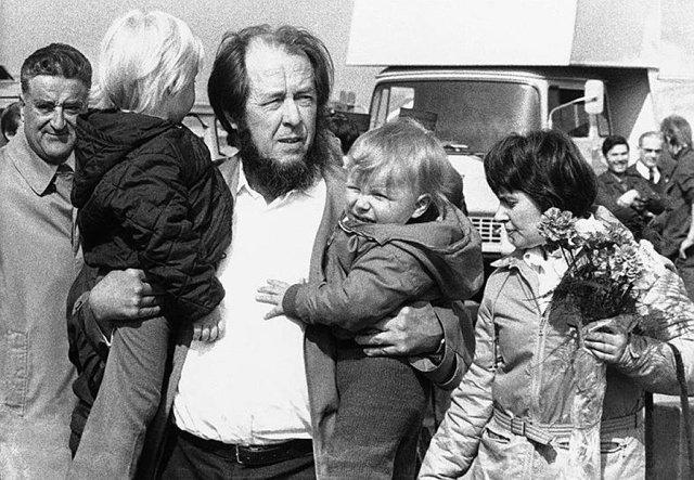Александр Солженицын с женой Натальей и сыновьями Ермолаем и Игнатом в аэропорту Цюриха по пути из Советского Союза. 1974 Медиапроект s-t-o-l.com