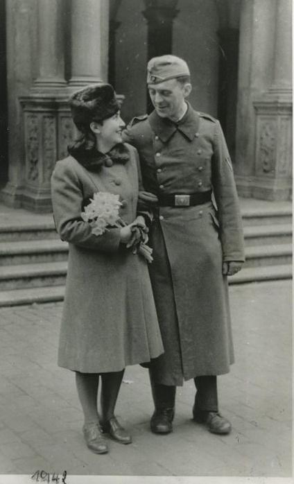 Генрих Бёлль и Анне-Мари Бёлль. 1942 год. У Кёльнской ратуши после обручения Медиапроект s-t-o-l.com
