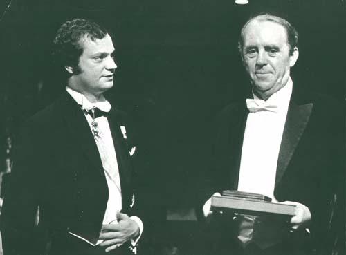 Наследный принц Карл Густав вручает Генриху Бёллю Нобелевскую премию по литературе, 1972 Медиапроект s-t-o-l.com