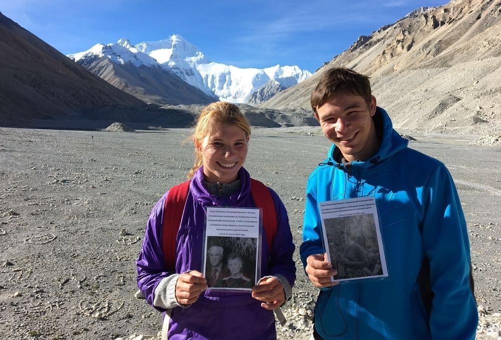 Участники восхождения на Килиманджаро с портретом бабушки Анны Медиапроект s-t-o-l.com