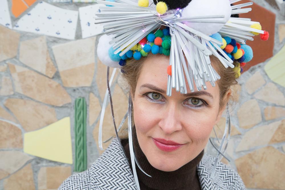 Анна Котик в авторской шляпе, сделанной специально для перезентации проекта Медиапроект s-t-o-l.com