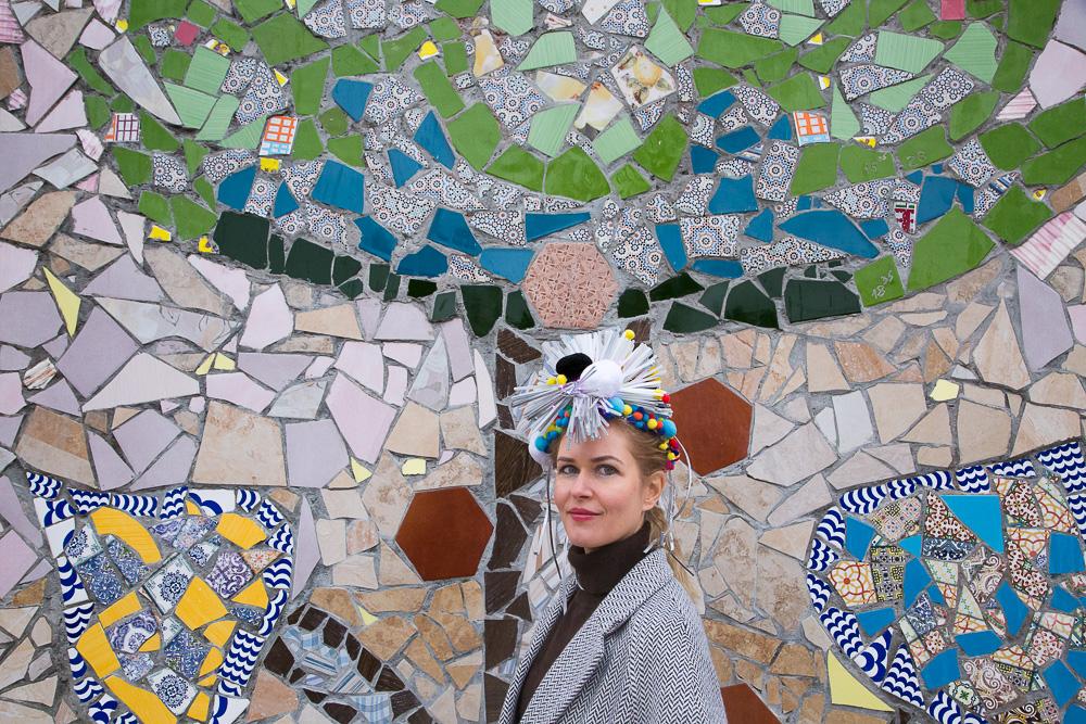 Анна у фасада дома интерната Медиапроект s-t-o-l.com
