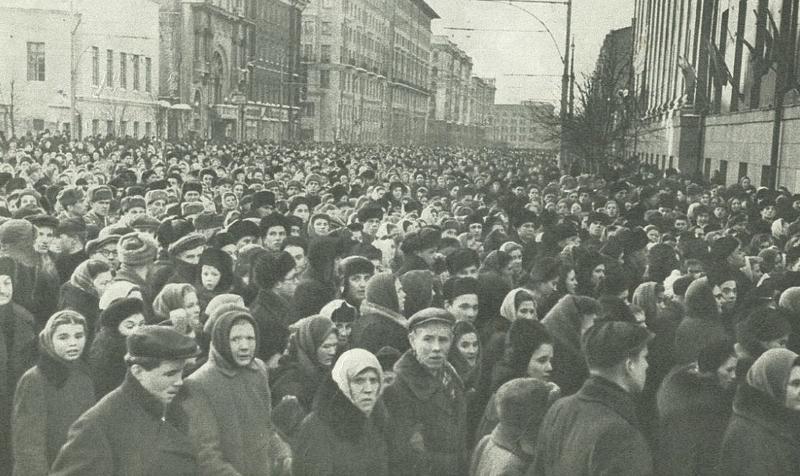 Напротив здания Музея революции. Фото Огонёк Медиапроект s-t-o-l.com