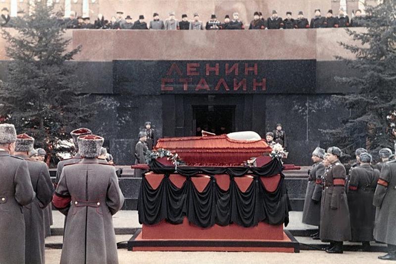 Похороны Сталина. С трибуны вещает Лаврентий Берия Медиапроект s-t-o-l.com