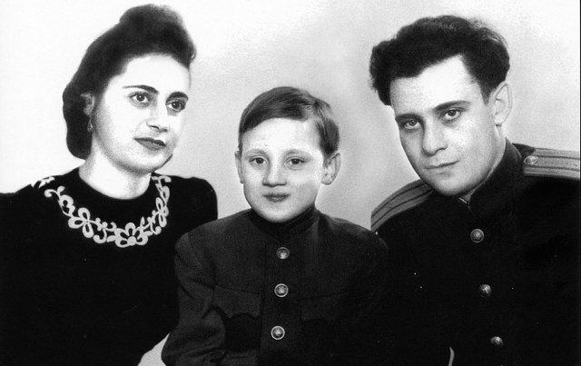 Владимир Высоцкий с отцом Семёном Владимировичем Высоцким и Е. С. Высоцкой- Лихалатовой, 1955 год, г. Эберсвальде(Германия) Медиапроект s-t-o-l.com