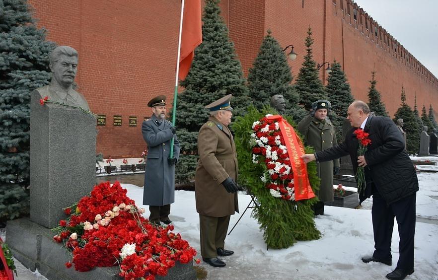 Зюганов возлагает цветы к бюсту Сталина у стен Кремля Медиапроект s-t-o-l.com