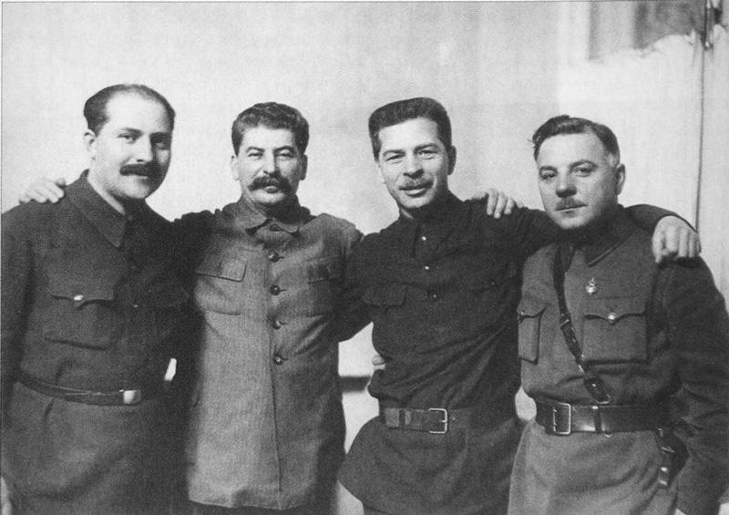 Слева направо: Каганович, Сталин, Постышев, Ворошилов Медиапроект s-t-o-l.com