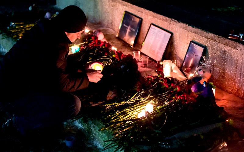 Жители Оренбурга принесли цветы к памятнику Валерию Чкалову в память о жертвах крушения самолета Ан148 Медиапроект s-t-o-l.com