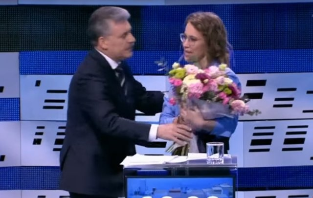 Павел Грудинин дарит Ксении Собчак цветы Медиапроект s-t-o-l.com
