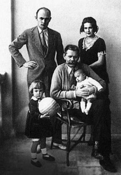 С сыном Максимом, невесткой Тимошей и внучками Марфой и Дарьей Медиапроект s-t-o-l.com
