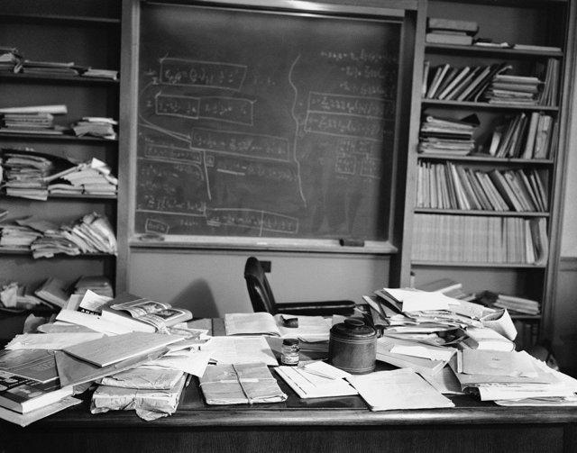 Фото стола Эйнштейна, сделанное спустя несколько часов после его смерти Медиапроект s-t-o-l.com