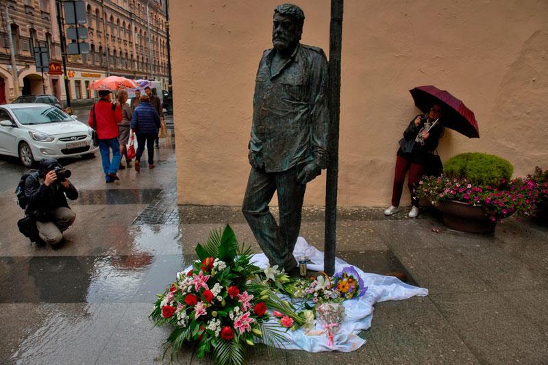 Памятник писателю Сергею Довлатову на улице Рубинштейна в Санкт-Петербурге Медиапроект s-t-o-l.com