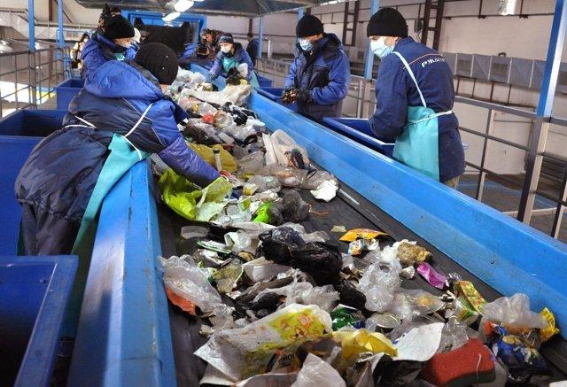 Сотрудники мусоросортировочного завода, запущенного в эксплуатацию в Чите, во время работы. Евгений Епанчинцев РИА Новости Медиапроект s-t-o-l.com