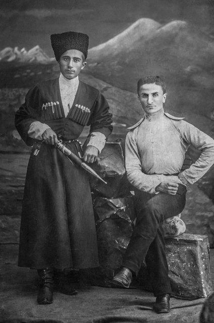 Созерко Мальсагов (справа) после выпуска из Александровского военного училища, 1912-1913 гг. Медиапроект s-t-o-l.com