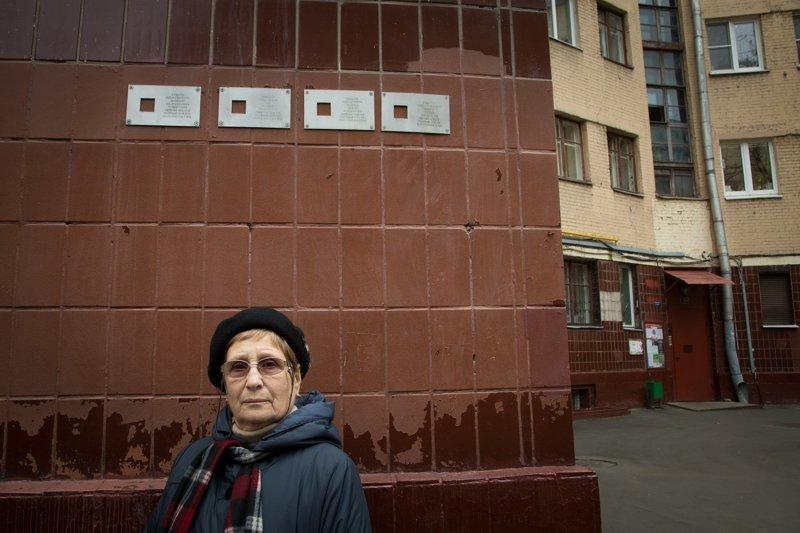 таблички с именами репрессированных в этом доме. Фото: Каплина Алена Медиапроект s-t-o-l.com