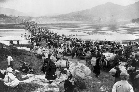 Беженцы переходят мост над рисовыми полями во время наступления сил Северной Кореи, 1951 год Медиапроект s-t-o-l.com
