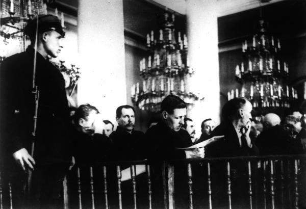 Подсудимые по «Шахтинскому делу» в Колонном зале Дома Союзов, 1928 г.  Медиапроект s-t-o-l.com