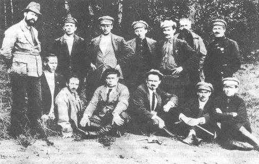 Комиссия, которой т. Ермаков (сидит справа) показывает место сожжения трупов семейства Романовых Медиапроект s-t-o-l.com