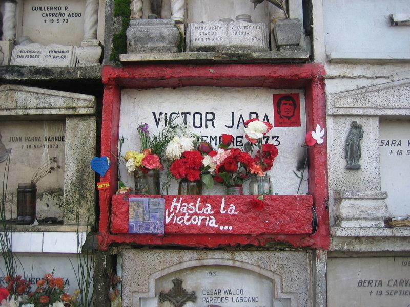 Могила Виктора Хары на Общем кладбище Сантьяго. Надпись- «До победы!» Медиапроект s-t-o-l.com