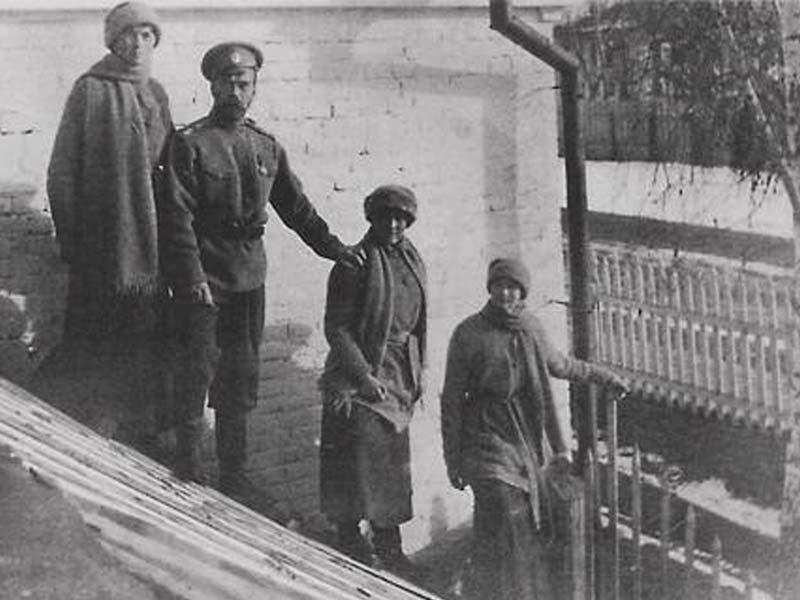 Тобольск. Николай II с детьми на крыше оранжереи. Март-апрель 1918 г. Медиапроект s-t-o-l.com