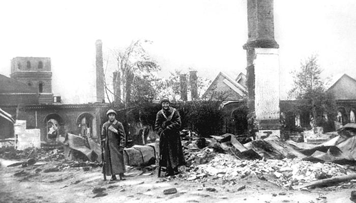 Участники подавления восстания позируют на фоне разрушенного бомбардировками города Медиапроект s-t-o-l.com