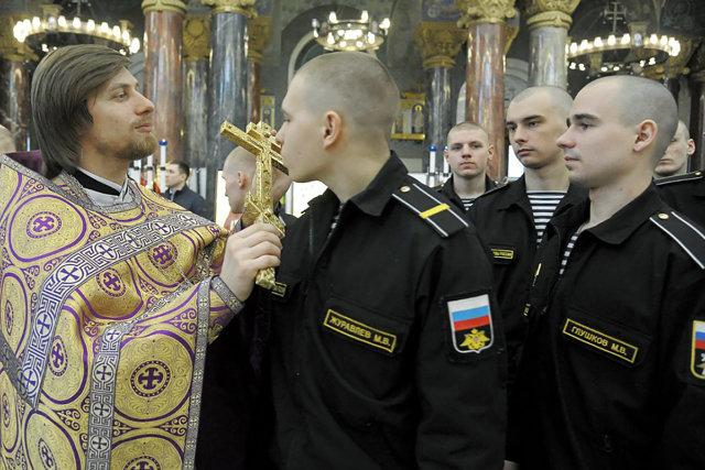 Отец Адам Бокарев во время причастия в храме Кронштадского Николаевского морского собора Медиапроект s-t-o-l.com